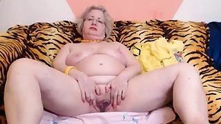 PAWG granny model on webcam knows how to bring off her job 69084