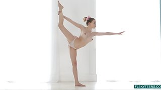 Flexible gymnast Emma Jomell shows off flavourful pussy together with put some life into nipples