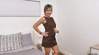 Horn-mad granny Lillian Tesh shows anal hole in doggy style affectedness
