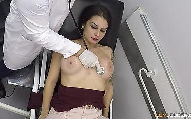 Nasty gynecologist drilling the pussy be advantageous to amazing Bianka XXX